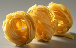 Los tallarines macros secados amarillean las pastas, tiro del estudio Fotografía de archivo libre de regalías