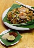 Los tallarines o el padthai tailandeses con el camarón adornan, el azúcar vegetal del limón Imagen de archivo libre de regalías