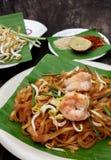 Los tallarines o el padthai tailandeses con el camarón adornan, el azúcar vegetal del limón Foto de archivo libre de regalías