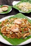 Los tallarines o el padthai tailandeses con el camarón y la falta de definición adornan, la verdura le Imagen de archivo