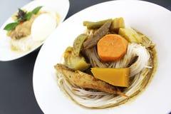 Los tallarines o la verdura tailandeses de la harina de arroz pusieron al lado de pescados Foto de archivo libre de regalías