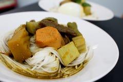 Los tallarines o la verdura tailandeses de la harina de arroz pusieron al lado de pescados Fotografía de archivo