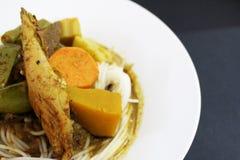 Los tallarines o la verdura tailandeses de la harina de arroz pusieron al lado de la sopa picante de los órganos de los pescados Fotografía de archivo libre de regalías
