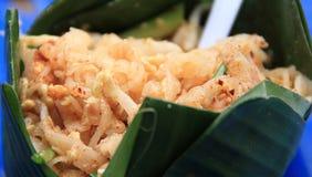 Los tallarines sofritos tailandeses en una hoja del plátano ruedan Fotos de archivo libres de regalías