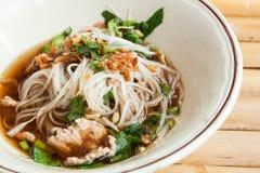 Los tallarines tailandeses del cerdo espesan la sopa Imagenes de archivo