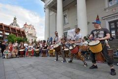 Los tambores del juego de los músicos y el otro instrumento Fotos de archivo libres de regalías