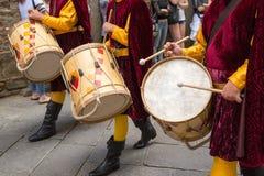 Los tambores jugaron en el desfile, Toscana, Italia Foto de archivo