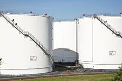 Los tanques blancos en granja del tanque con el cielo azul Imágenes de archivo libres de regalías