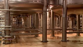Los tanques con la cerveza en la cervecería almacen de metraje de vídeo