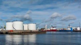 Los tanques de aceite y naves de fuente de la plataforma Fotos de archivo libres de regalías
