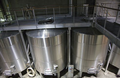 Los tanques de acero inoxidables Napa California del vino blanco Fotos de archivo libres de regalías
