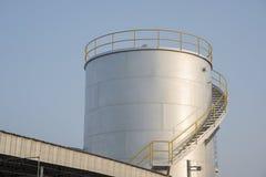 Los tanques de acero para el almacenamiento de aceite sobre el suelo Foto de archivo
