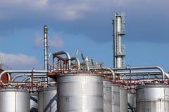 Los tanques de acero y tubo en refinería de petróleo Imagen de archivo