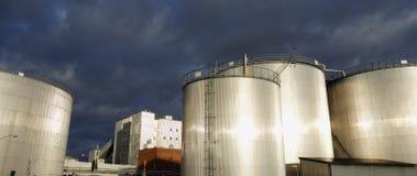 Los tanques de almacenaje de combustible en la puesta del sol Fotografía de archivo