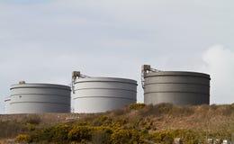 Los tanques de almacenaje de la refinería de petróleo Imagenes de archivo
