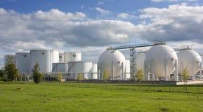 Los tanques de almacenaje de petróleo Imagen de archivo libre de regalías