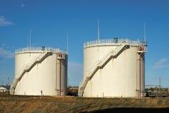 Los tanques de almacenaje de petróleo. Imagenes de archivo