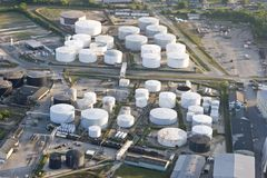 Los tanques de almacenaje de petróleo fotografía de archivo