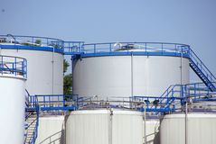 Los tanques de almacenaje de petróleo Imagenes de archivo