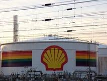 Los tanques de almacenamiento de aceite de Shell con el arco iris gay colorearon la bandera fotos de archivo