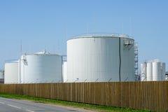 Los tanques de almacenamiento cil?ndricos blancos para los productos petrol?feros fotos de archivo libres de regalías