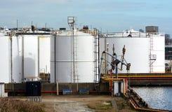 Los tanques de almacenamiento de aceite blanco Imágenes de archivo libres de regalías