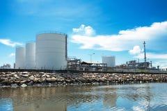 Los tanques de almacenamiento de gasolina naturales grandes Imagen de archivo libre de regalías