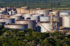 Los tanques de almacenamiento de la refinería de petróleo   Imagenes de archivo