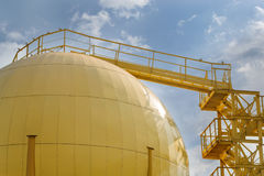 Los tanques de almacenamiento de molino de aceite Foto de archivo libre de regalías