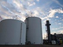 Los tanques de almacenamiento del agua en la central eléctrica Imagenes de archivo