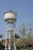 Los tanques de almacenamiento del agua se construyen con el cemento al abastecimiento de agua Foto de archivo libre de regalías