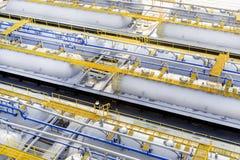 Los tanques de almacenamiento del producto derivado del petróleo Foto de archivo