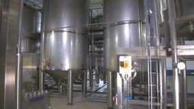 Los tanques de almacenamiento en cervecería Fábrica de la elaboración de la cerveza dentro tiro del steadycam