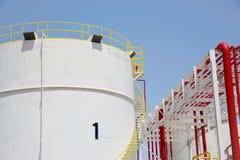 Los tanques de almacenamiento en una planta de refinería Imágenes de archivo libres de regalías