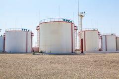 Los tanques de almacenamiento enormes de aceite Fotos de archivo libres de regalías