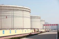 Los tanques de almacenamiento líquidos grandes Imagenes de archivo