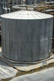 Los tanques de almacenamiento químicos que son calientes en la fábrica fotografía de archivo libre de regalías