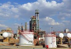 Los tanques de almacenamiento, refinería de petróleo en Puertollano, provincia de Ciudad Real, España foto de archivo