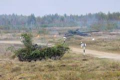 Los tanques de batalla en la acción Fotografía de archivo