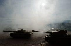 Los tanques de batalla que se mueven en el desierto en niebla Decoración de la escena de la guerra soldados fotografía de archivo