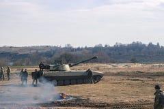 Los tanques de batalla que se mueven en el desierto OTAN de la escena de la guerra battlefield imagen de archivo libre de regalías