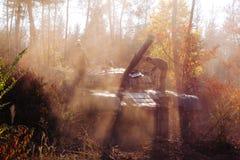 Los tanques de batalla reales disfrazados en los fosos Donbass Ucrania Foto de archivo
