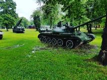 Los tanques de la guerra en el parque del arsenal fotos de archivo