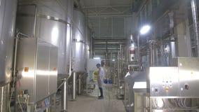 Los tanques de la producción, almacenamientos en una cervecería Pipline en una fábrica de la cervecería