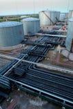Los tanques de la refinería de petróleo Fotos de archivo libres de regalías