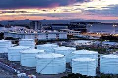 Los tanques de la refinería del petróleo y gas en el crepúsculo foto de archivo