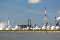 Los tanques de la refinería y de almacenamiento de gasolina del puerto de Amberes Fotografía de archivo libre de regalías