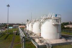 Los tanques de la tienda del combustible de complejo de reaprovisionamiento de combustible Foto de archivo