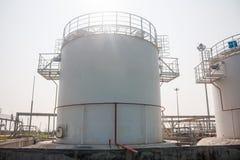 Los tanques de la tienda del combustible de complejo de reaprovisionamiento de combustible Imágenes de archivo libres de regalías