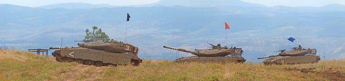 Los tanques de Merkava y soldados israelíes en fuerzas acorazadas de entrenamiento Imágenes de archivo libres de regalías